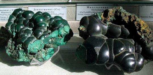 004_Гумешковский малахит (слева) Меднорудянский (справа)