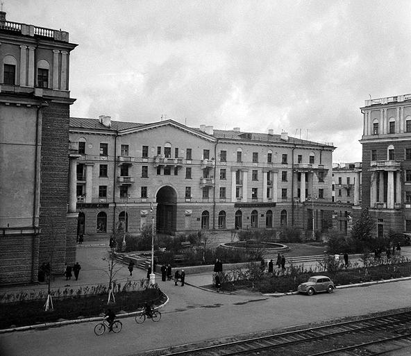 Фонтан на площадке между домами №№ 44, 46, 48 по проспекту Ленина