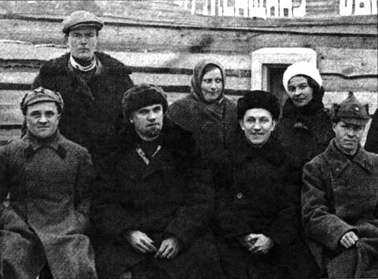 003_Управляющий трестом М.М. Царевский (второй слева)