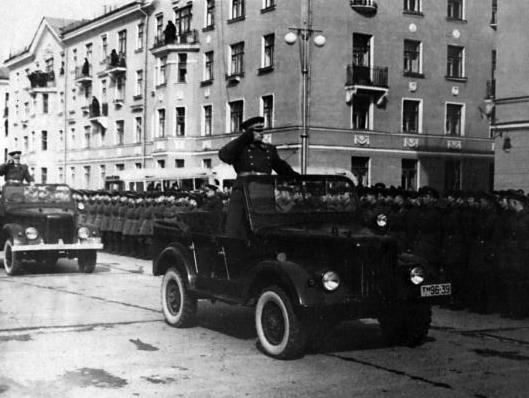 005_генерал Царевский М.М. принимает парад. 1954 Северск