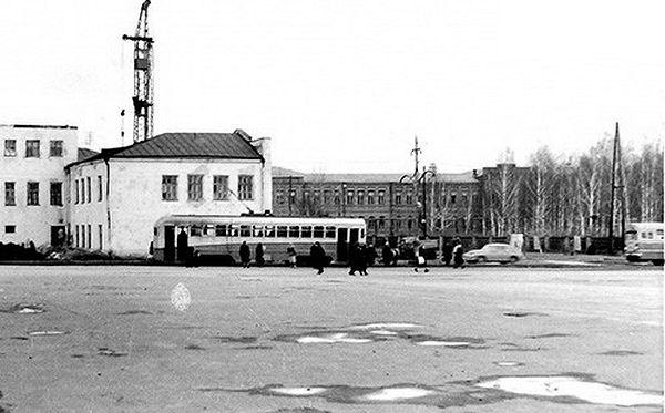 Вагоны МТВ-82 на остановке у Горного техникума