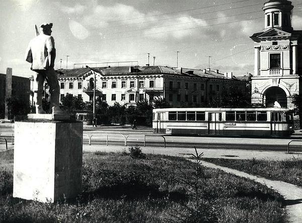Трамвай ЛМ-57 на ул. Фрунзе (фото 70-х гг.)