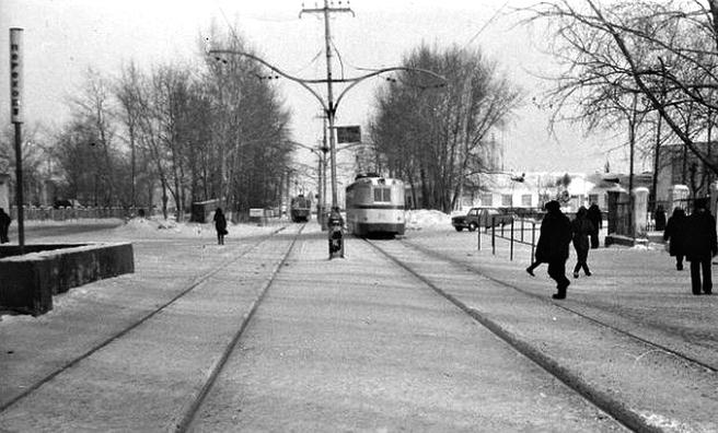 ЛМ-57 (справа) на заходе в парк УВЗ (фото 70-х гг.)