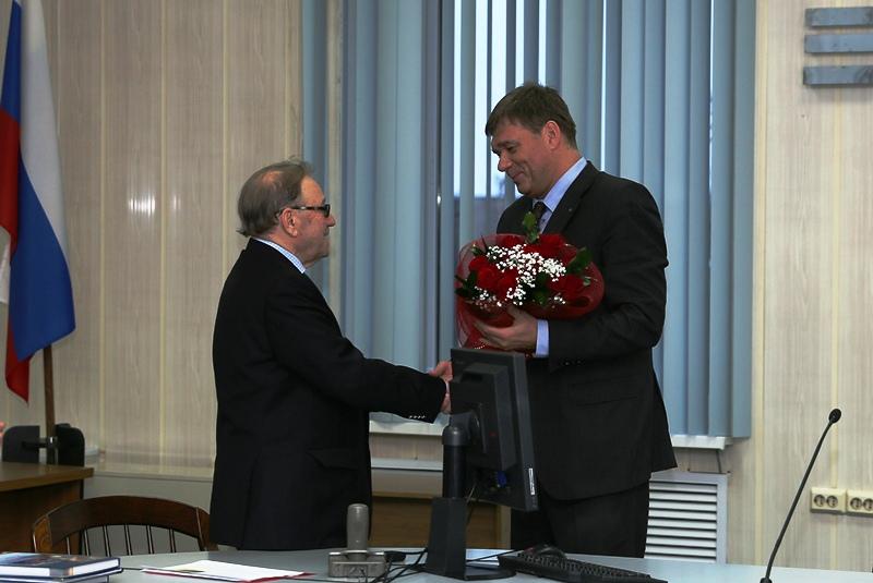IMG_А Кушнарев благодарит М. И. Аршанского за проделанный труд