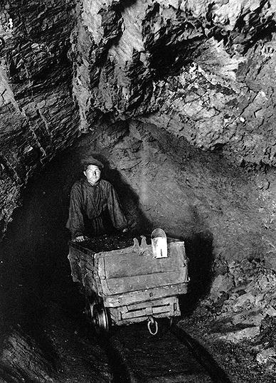 Откатчик в основном штреке копи «Жонес №2» (фото 1903 г.)
