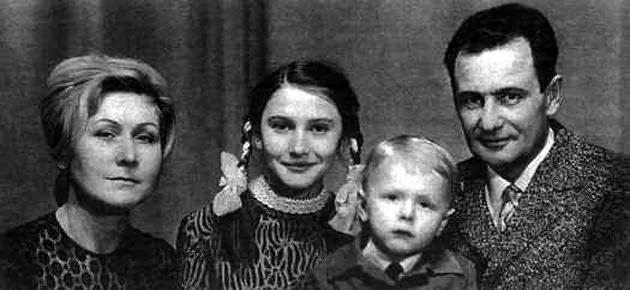 Нина Николаевна, Наталья, Андрей и Виктор Григорьевич Удовенко (фото 70-х г.)