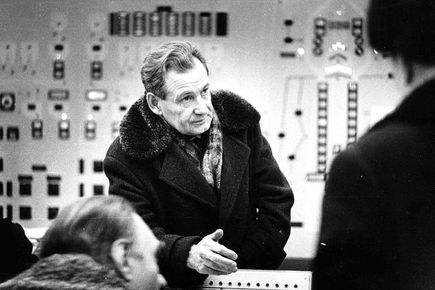 В. Г. Удовенко на пульте управления в доменной печи (фото 80-х г.)