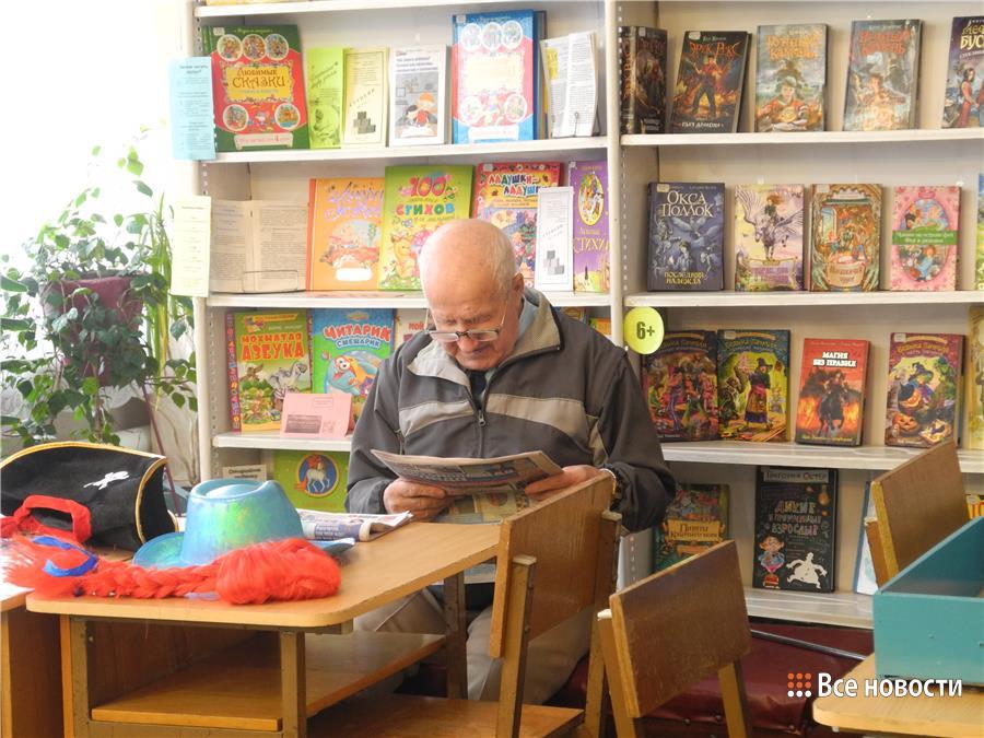 В «детском» зале иногда засиживаются взрослые читатели