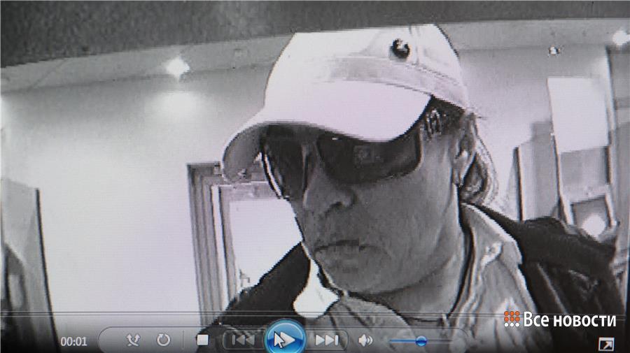 Скрин с камеры банкомата, в котором воровка сняла деньги с карты потерпевшей