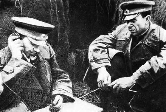Командующий 38-й армией К. С. Москаленко и член Военного совета А. А. Епишев (справа) на наблюдательном пункте (фото 1944 г.)