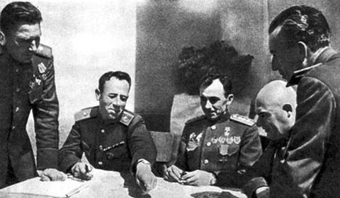А.А. Епишев (второй слева) на заседании Военсовета 38-й армии (фото 1945 г.)