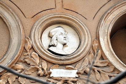 Изображение Рафаэля на фризе дворца