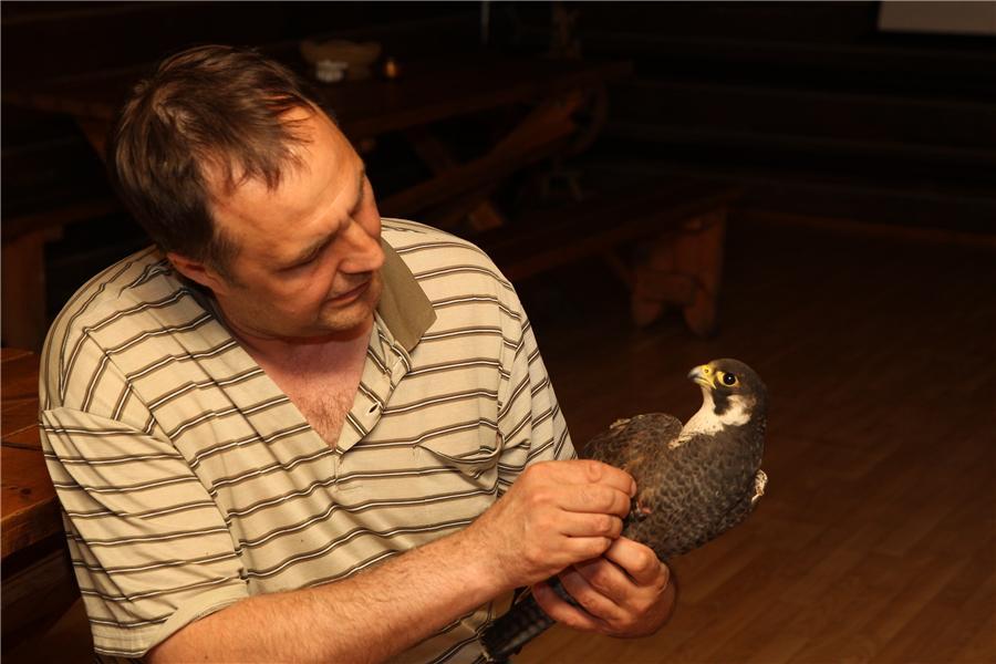4. директор Холзана О.Светлицкий осматривает птицу (авт. М.Ю. Шершнев)