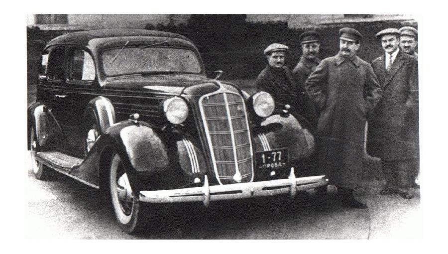 ЗиС-101 – советский семиместный представительский автомобиль. Выпущен в 1936 году. Делался «под Сталина», но вождь им так и не воспользовался.