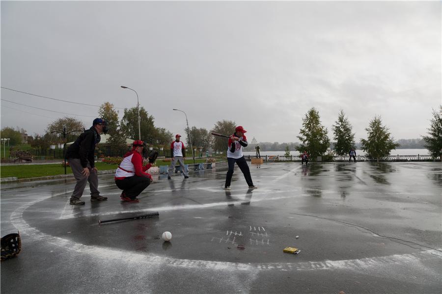 Николас Фрейзер играет в парке Бондина в бейсбол с рабочими УВЗ и НТМК