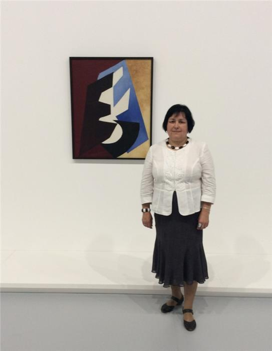 Марина Агеева у картины «Движение плоскостей»