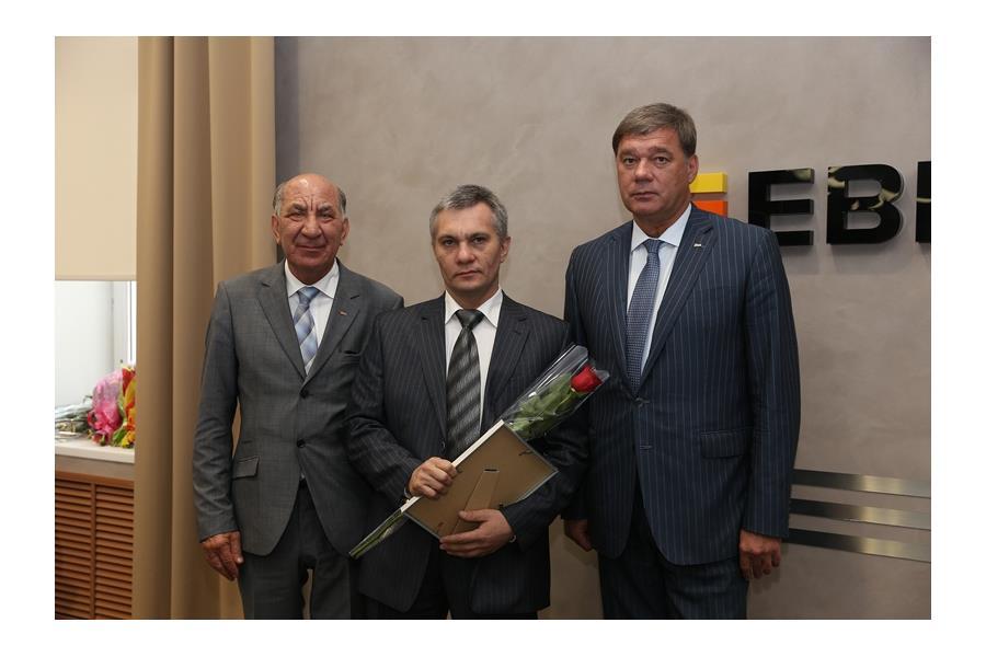 Сменный мастер производственного участка доменного цеха Сергей Жуйков с руководителями