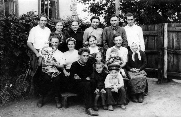 Семья Стекановых. (В. И. Стеканов стоит, крайний слева)