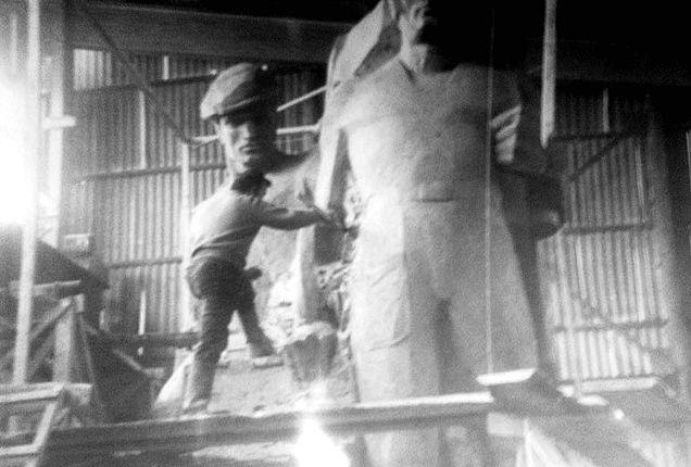 И.Я. Боголюбов во время работы над памятником танкостроителю и танкисту. (фото 1967 г.)