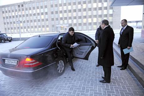 Евгений Куйвашев выходит из служебного Mercedes, фото URA.RU