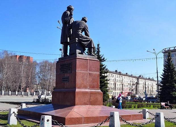 Ваза. Лезниковский гранит Нижний Тагил Памятник с крестом на просвет Пятницкое шоссе