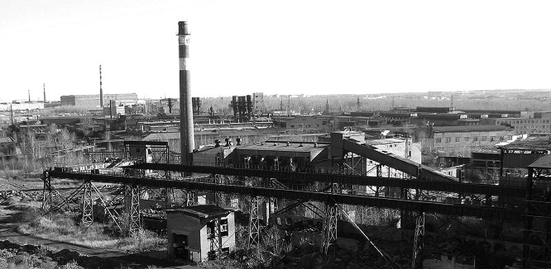 Заводы-соседи. Вид с цементного завода на котельно-радиаторный (фото 2013 г.)