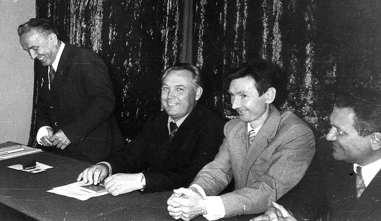 Вручение государственных наград работникам КРЗ. (слева В. С. Ярошенко) (фото 1970-х гг.)