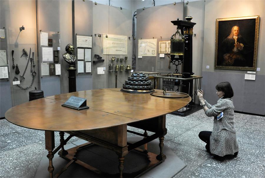 Медный стол. Фото Тимофея Дубинина