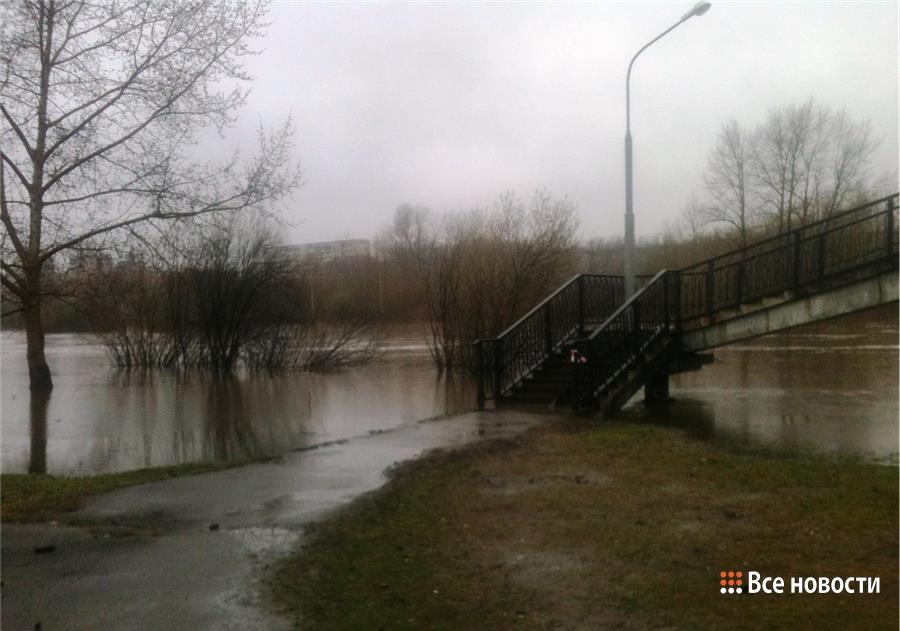 Пешеходный мост на Красноармейской - вода заметно схлынула от лесенок