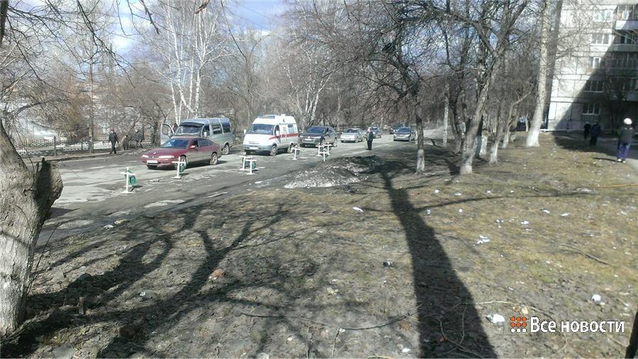 """У """"дорожного кладбища"""" образовалась небольшая пробка - водители фотографировали кресты в ямах"""