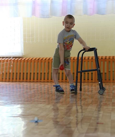 Дети осваивают паралимпийскаую игру Бочча
