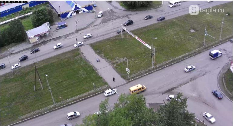 """На записи камеры """"Сетей Тагила"""", видно, что асфальт на Черноисточинском шоссе снят"""