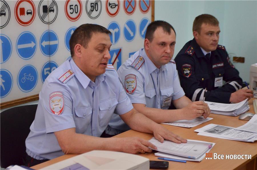 Слева направо: начальник МРЭО Александр Зверев, начальник экзаменационного отделения МРЭО Антон Ветошкин