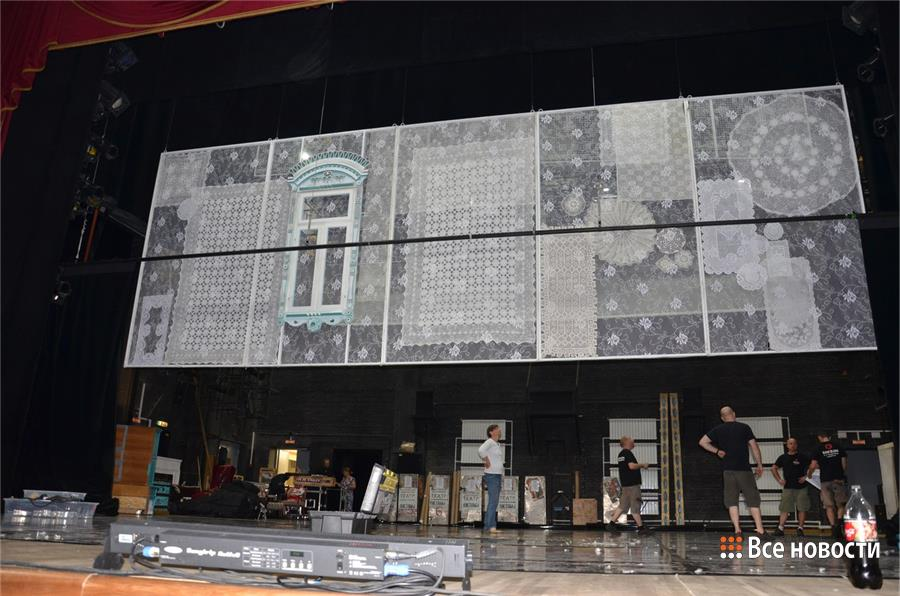 Подготовка сцены, фото из группы нижнетагильского театра драмы в соцсетях