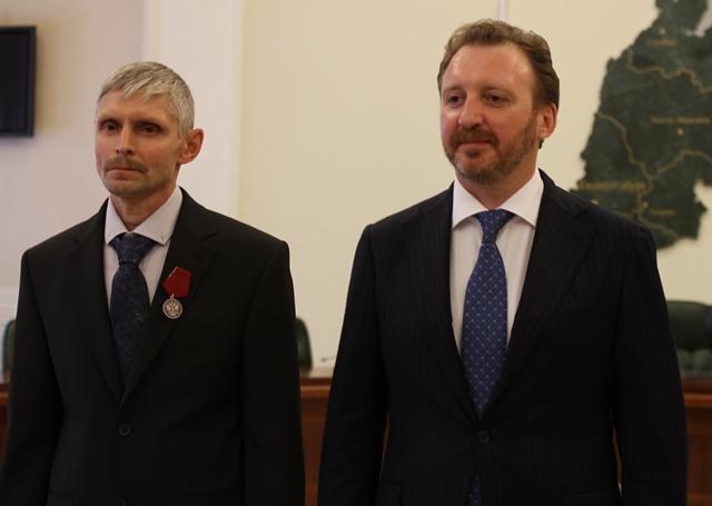 Вручение награды слесарю-ремонтнику ЕВРАЗ НТМК Владимиру Лапшину
