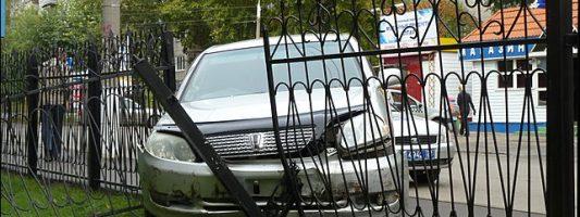 Toyota въехала в школьный забор после столкновения с Volkswagen