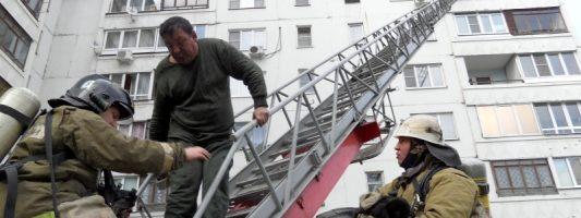 Двух человек эвакуировали по пожарной автолестнице с балкона на Вагонке