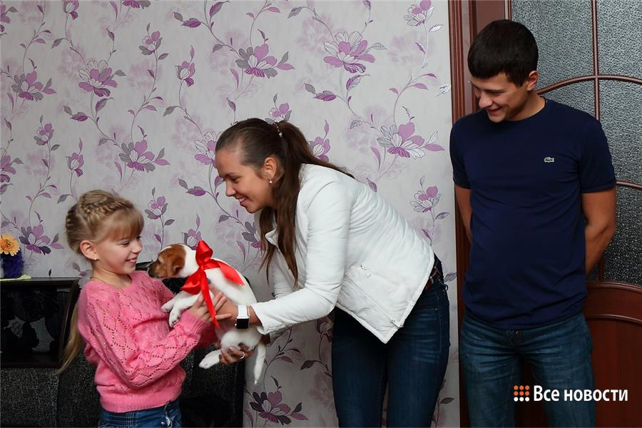 Галина и Николай Вдовины передают щенка дочери Александра