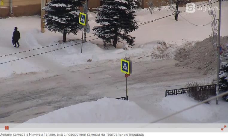 """На записи камеры """"Сетей Тагила"""" виден снежный бруствер, перегородивший дорогу"""