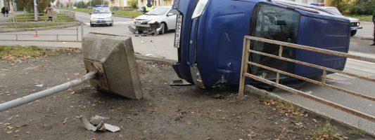 Дорожный знак упал на пешехода в результате ДТП