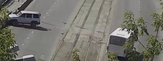 Автобус въехал в УАЗ, когда тот разворачивался на трамвайных путях