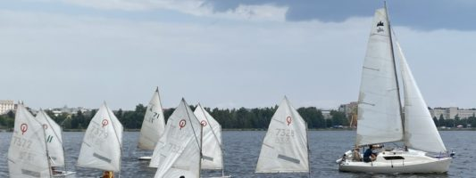 «Первая гонка этого лета!» — на Тагильском пруду соревновались почти 40 яхтсменов