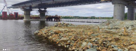 На подъездах к мосту через Тагильский пруд начали укладывать асфальт