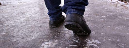 В Нижнем Тагиле коммунальщиков засудили за скользкий тротуар